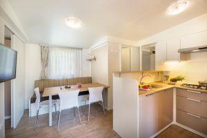 Kuhinja i dnevni boravak u Forest escape mobilnoj kućici