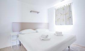 Kamp Belvedere, Trogir: mobilna kucica interijer spavace sobe | AdriaCamps