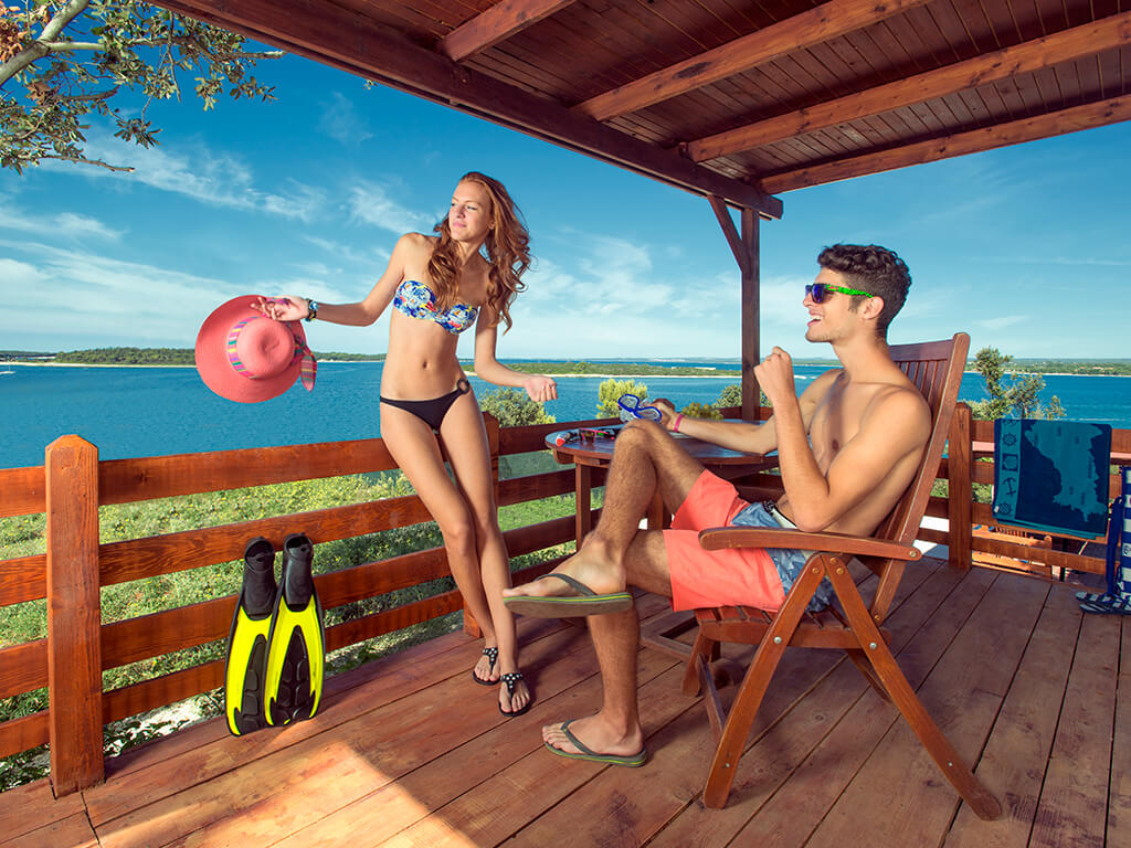 Camping Brioni Superior Mobilheime Paar auf der Terrasse | Adria Camps
