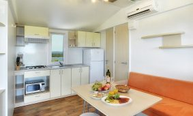 Kamp Brioni superior mobilna kućica kuhinja | AdriaCamps