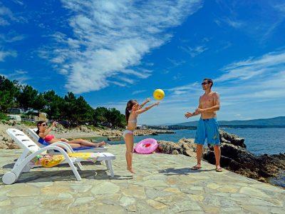 Kamp Jezevac obitelji na plazi