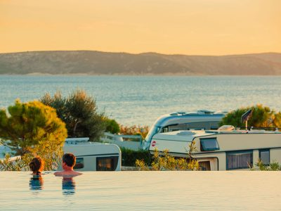 kamp krk pogled s bazena na more