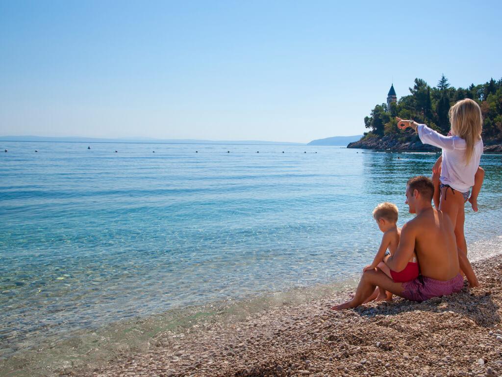 Camping Medveja familie op het strand