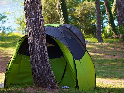 Camping Runke pitches tent