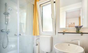 Kamp San Marino Interijer kupaonice mobilnih kucica Lopari Garden Premium Family | AdriaCamps