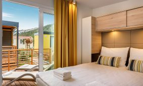 Kamp San Marino spavaca soba mobilne kucice Lopari Garden Premium Family | AdriaCamps