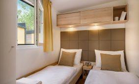 Kamp San Marino dvokrevetna soba spavace sobe u mobilnim kucicama Lopari Garden Premium Family | AdriaCamps