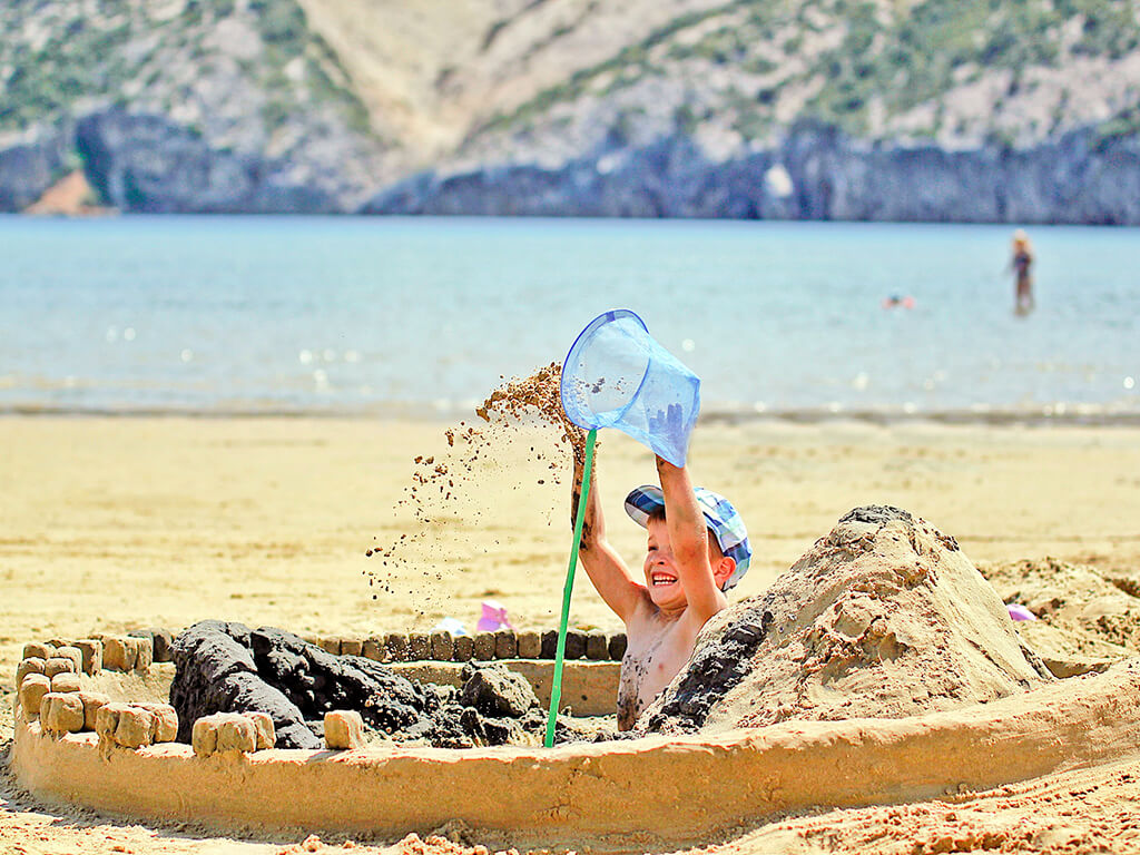 Campsite San Marino playing in the sand | AdriaCamps