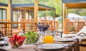 Kamp San Marino pogled s terase mobilne kucice Lopari Garden Premium Family | AdriaCamps