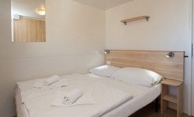Kamp Skrila superior mobilne kućice interijer spavaće sobe | AdriaCamps