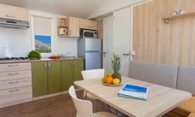 Kamp Skrila superior mobilne kućice interijer kuhinje | AdriaCamps