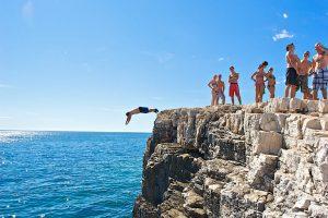 Kamp Stoja skok sa stjenovite plaze