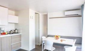 Kamp Polari mobilna kucica Premium obiteljska kuhinja dnevni boravak
