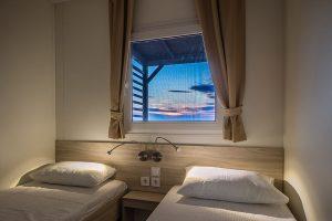 Camping Selce Comfort stacaravans slaapkamer met tweepersoonsbed | AdriaCamps