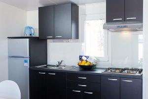 Campsite  Kastanija Novigrad: Olive mobile homes kitchen interior | AdriaCamps