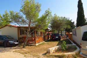 Campsite Miran Pirovac: mobile homes outside | AdriaCamps