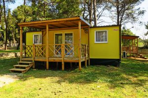 Campingplatz Pineta Mobilheim im Schatten | AdriaCamps