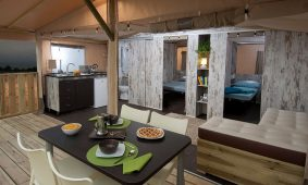 Kamp Santa Marina Glamping terasa za satore s stolom za blagovanje | AdriaCamps