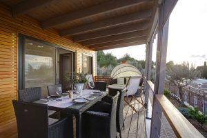 Kamp Rehut - otok Murter, mobilne kucice Mirta - terasa sa stolom za objedovanje | AdriaCamps