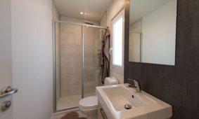 Kamp Rehut - otok Murter, mobilne kucice Pearl Suite - kupaonica | AdriaCamps