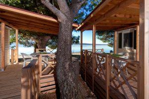 Kamp Paklenica Bluesun pogled s terase iz mobilnih kucica u blizini mora | AdriaCamps